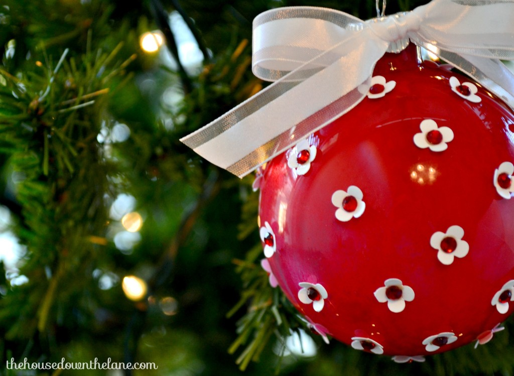 I was so lucky {and super excited} to join in a bloggers' ornament exchange! I made this Red and White DIY Christmas Ornament for my exchange partner! | The House Down the Lane